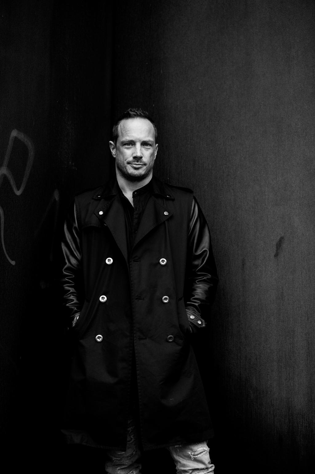 Daniel Bruns - Metallwand s/w